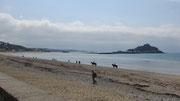 Montag: Blick auf die kleine Insel St.Michael's Mount, aufgenommen in der Mounts Bay bei dem kleinen Ort Marazion.