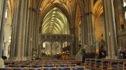 Sonntag: Der helle hallenförmige Innenraum der Kathedrale von Bristol.