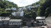 Dienstag: Die kleinen Häuser in Clovelly sind in den abfallen Hang hineingebaut.