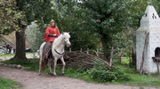 Nun begeben sich auch die Sattlerin Chris und Kelda  auf den Weg durchs Dorf.
