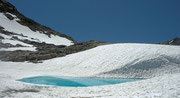 Wunderschöner türkisfarbener kleiner Bergsee