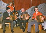 """1982: 50 Jahre Geissälpler, die """"Alt Musikanten"""" Walter Ming und Alois Degelo spielen zusammen mit  den """"Jung Musikanten"""" Sepp und Peter Berchtold"""