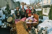 Die Beamten 2005: Under Mariette Sigrist, König Wisi Enz, Näll Lisbeth Burch, Ober Albin Berchtold bei ihrem Besuch in der Betagtensiedlung