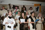 2008: König Oski führt das Geisschörli ins Pfahlbauerdorf im Grundwald