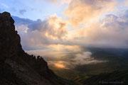 Blick von der Roßzahnscharte auf die Seiser Alm bei Sonnenaufgang