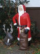 Betonfigur-Weihnachtsmann-mit-Rentier