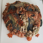 Entschleunigung:Ritt auf der Schildkröte,2020,Keramik, Durchmesser ca 80cm