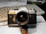 最も使い込まれたカメラ。ボディーの金属が中指の摩擦で磨り減っている。地金の周囲の黒ずんだ部分は梨地の腐食。