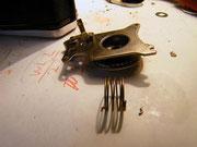 巻き上げレバーのスプリングが破損している。末端を加工し修復。