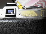 接眼部周囲の金属枠は丸みを帯び、裏蓋上下の縁黒塗装は、接眼部の金属枠の出っ張りに保護された直下の部分に僅かに残る。