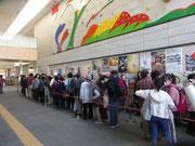 コンサート会場前に並ぶ人々