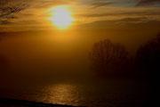 Die Sonne kämpft sich durch den winterlichen Hochnebel bei Königstein 16.12.2012