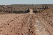 """Gravel Road"" , die C26  beginnt kurz nach Windhoek"