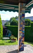Sinfonia, 2017, colonna a mosaico con vetri, marmi e ceramica, 34 x 300 cm (Proprietà privata)
