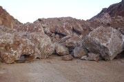 Nach der Sprengung mussten die mächtigen Felsbrocken mit schwerem Gerät weggeschleppt und an gesicherter Stelle deponiert werden.