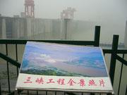 Der Staudamm mit erläuternden Bildern