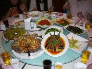 Mittagessen in Yichiang, so sah das auf der Platte in der Mitte des Tisches immer aus
