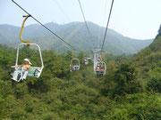Seilbahnfahrt auf einen Berg bei Guilin