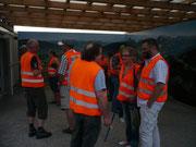 Zur Besichtigung der Baustelle werden alle mit Leuchtwesten ausgestattet