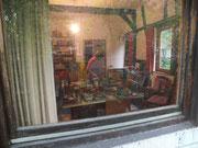 Neugieriger Blick durch das Fenster in das Atelier