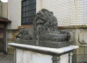 旧直江津銀行本店(M39、設計者不詳)、ライオン石像(製作年不詳、小川由廣)