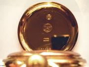 Deckelpunzierung mit Reichskrone, Feingehaltsstepel, Gehäusenummer und Lange Schutzmarke