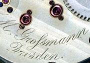 Detailbild der nicht versenkten Schraubenköpfe an den Goldchatons und Herstellersignatur auf der Platine