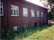 Die Außenfassade des dem Verfall preisgegebene Fabrikgebäude