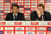Trainer Murat Yakin (L, Basel) und Medienchef Josef Zindel (FCB) nach dem Spiel im Medienraum