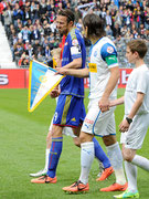 Veroljub Salatic (R, GCZ) mit Fahne beim Einmarsch mit Marco Streller (Basel)