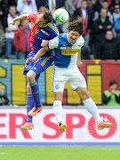 Marco Streller (L, Basel) gegen Veroljub Salatic (GCZ)
