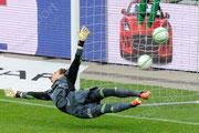 Milan Vilotic (GCZ, nicht auf dem Bild) trifft zum alles entscheidenden Penalty Tor gegen Torhueter Yann Sommer  (Basel) der zum Cupsieg der Grasshopper fuehrt