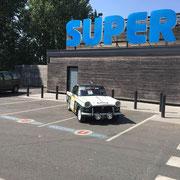 Exposition Triumph Hérald sur le parking du Super U de Chinon pour la publicité du Chinon Classic
