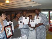 最後の夜宿舎にて色紙を贈呈・ルワンダからお土産を授与