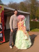 Avec Ian White (le personnage de Mme Maxime dans Harry Potter et la coupe de feu. 2.15 mètres de haut...je parais petite pour une fois!)