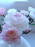 Création de fleurs en papier crépon pour l'occasion de la décoration d'une vitrine sur Paris