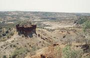 Dies ist die Olduvai Schlucht (eigentlich Oldupai), die Wiege der Menschheit. Bekannt wurde die Schlucht durch die Funde vieler pleistozäner Fossilien von Frühmenschen und viele uralte Steinwerzeuge (Oldowan genannt), die ältesten etwa 2,6 Mio. Jahre alt.