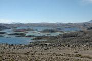 Die Cotacotani Lagunen in der Lavalandschaft kurz vor Erreichen des Lago Chungara (Lauca NP)