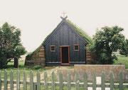 Einsame Holzkirche mit Grasdach
