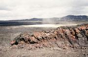 Krafla heisst ein ca. 100 km langes und 10 km breites Vulkansystem. Der letzte vulkanische Ausbruch erfolgte 1984. 1998, als wir dort waren, war die Lava immer noch warm bis heiss, dampfte und rauchte.,