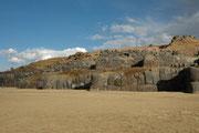 """Die wichtigste """"Verteidigungslinie"""" von Saqsayhuaman besteht aus drei 600 m langen  terrassenförmig übereinander gebauten Zickzackmauern: Unterste 9 m, mittlere 10 m und obere 5 m hoch. Ungeklärt ist, wie die Steine über 20 km herangebracht wurden."""