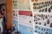 In der Olduvai Schlucht war es möglich, Schicht um Schicht in die Tiefe zu graben, bis auf die Anfänge menschlicher Überreste. Blau:1,72-2 Mio Jahre alt, Lila: 1,2 - 1,75 Mio Jahre alt, Purpur: 600'000 – 800'000 Jahre, Hellblau 400'000 – 600'000 Jahre.