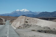Über eine abenteuerliche, in den Sand und Fels der Gebirgskette gebaute Passstrasse, kamen wir dann in das Hochland, welches sich stetig ansteigend gegen den Vulkan Parinacota und die Grenze nach Bolivien ausdehnt.