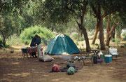 So sah unser Camp aus, das Dominic, unser Koch, bei jeder Tagesetappe aufstellte und dann auf seinen Holzkohlen ein mehrgängiges Essen zubereitete (Tsavo East)