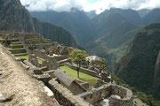 Interessant ist die Theorie, dass Machu Picchu zu Zeiten der spanischen Eroberung noch nicht fertiggestellt gewesen und dann in Vergessenheit geraten sei. Am 24. Juli 1911 wurden die Ruinen von einer Expedition der Univ. Yale durch Zufall wiederentdeckt.