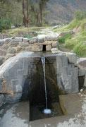 Das Bano de la Nusta (= Bad der Prinzessin) in Ollanta. Dies war eine heilige Quelle aus der Vorinkazeit und auch der Inkazeit. Das Wasser läuft noch heute über die mit Ornamenten verzierte Steinplatte in ein Becken und weiter in die umliegenden Gärten.