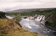 Hraunfossar: Wasserfälle im Fluss Hvítá in der Nähe der Orte Húsafell und Reykholt im Westen Islands.