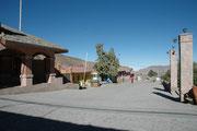 Das ist der Hauptplatz von Putre (Plaza de Armes). 12 km östlich von Putre liegt der 1370 km²  grosse Nationalpark Lauca, der nördlichste Nationalpark in Chile und Biosphärenreservat der UNESCO.