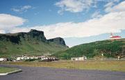 Vik í Mýrdal ist das südlichste Dorf Islands. Es liegt im Schatten des Mýrdalsjökull-Gletschers, der den Katla-Vulkan bedeckt. Die Reyniskirkja ist eine Holzkirche von 1929.