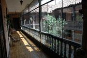 Das ist der Innenhof unseres Hotels Sumac Wasi. Anfänglich fragten wir uns, wieso diese Holzterrasse, die zum Verweilen in der Sonne einlud, verglast war. Das wurde uns bald klar: In der Nacht wurde es so kalt, dass wir selbst in unseren Betten froren.